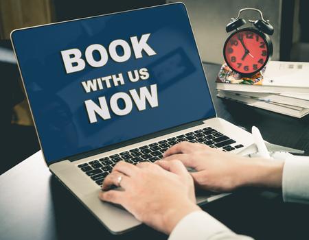 Online Travel Agency website Book Now op het computerscherm.