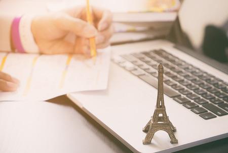 Reiziger van plan een reis naar Parijs Frankrijk. Werknemer vraagt ??Visa aan bij Parijs, Frankrijk.