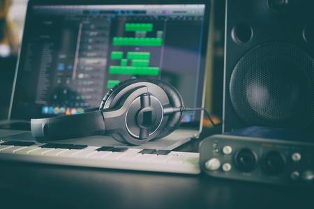 Home Studio Music Station Ordinateur portable mis en place. Banque d'images