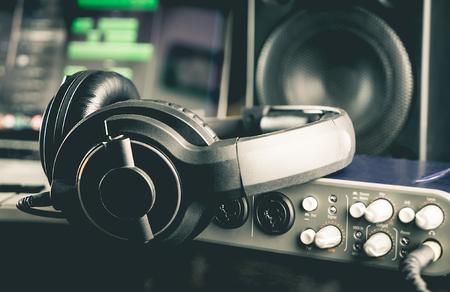 다른 전문 오디오 스튜디오 장비와 헤드폰.