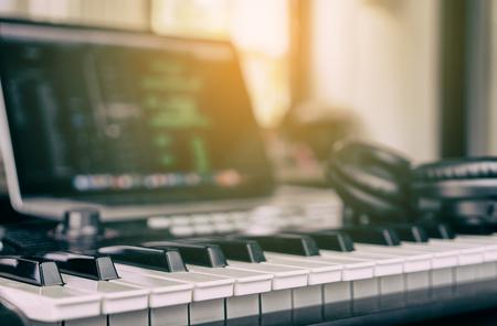 自宅のコンピューター音楽スタジオで音楽キーボード 写真素材