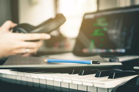 ミュージシャンのスタジオで彼の新しい歌を書く準備します。 写真素材