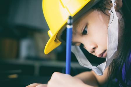 アジアの女の子の子供は、エンジニア教育を取っています。