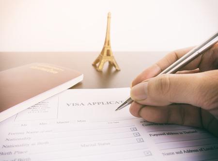 Vullend visumaanvraagformulier voor Frankrijk Parijs Stockfoto