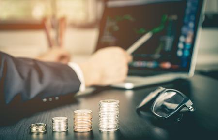 Börsenmakler analysiert den Vorrat auf seinem Computerbildschirm