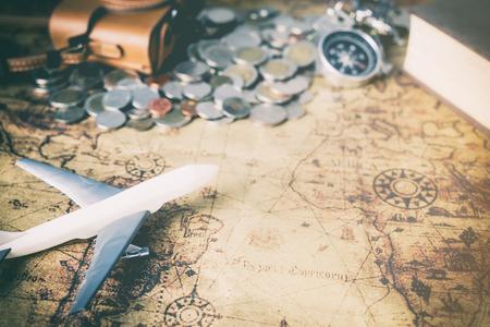 Vintage wereld explorer apparatuur op kaart met kopie ruimte