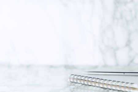 럭셔리 대리석 표면에 은색 펜 노트북 스톡 콘텐츠