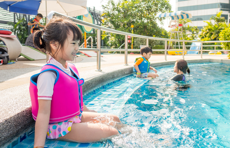 Asian girl is excited to take swimming class Banque d'images