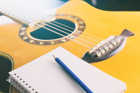 作詞作曲のギターと鉛筆で空白のノートブック 写真素材
