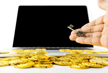 Het geven van de sleutel voor succes en rijkdom online computerconcept met lege computerscherm