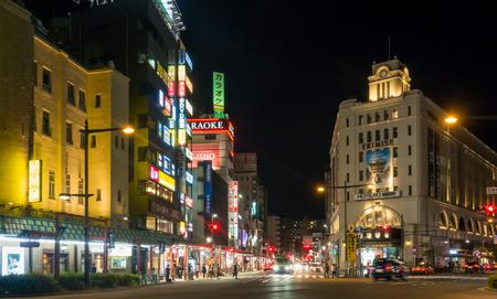 paso de peatones: Tokyo, Japan - May 2, 2017: Night life on Edo Dori shopping street of Asakusa, Tokyo.