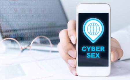 비즈니스 사람이 사이버 섹스 아이콘에 대한 전화를 잡고있다 스톡 콘텐츠
