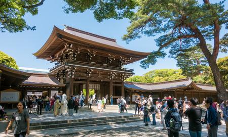 東京、日本 - 2017 年 5 月 5 日: 観光は明治神宮の写真を取っています。 報道画像