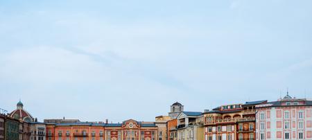 Europese mediterrane gebouwen met sky kopie ruimte