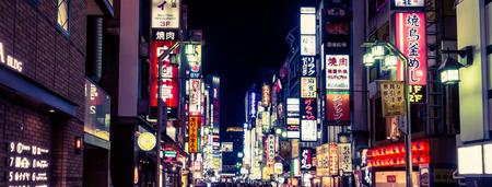 도쿄, 일본 -2007 년 5 월 5 일 : 사람들이 신주쿠 쇼핑 지구 여행.