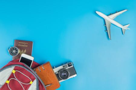 백패커 여행 액세서리 (파란색으로 비행기 비행 합격) 스톡 콘텐츠 - 80064952