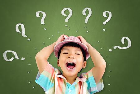 아시아 소년은 혼란스러워서 소리 지른다.