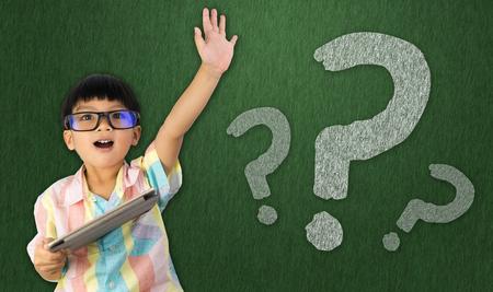 de tablet van de jongensholding heft zijn hand op om vraag te stellen Stockfoto