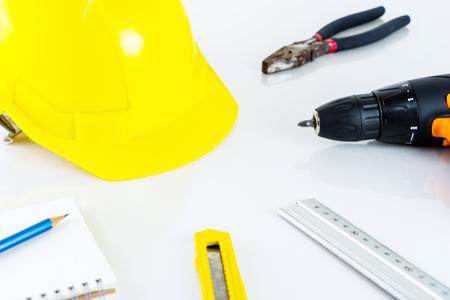 Reparatie man bouwvakker tools op witte bureau