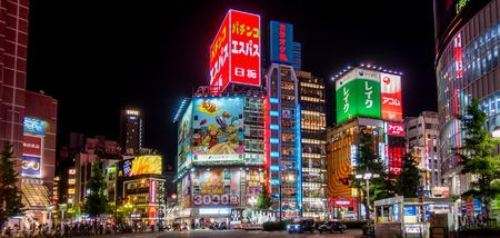 Tokyo, Japan - 5 mei, 2017: Commerciële de gebouwenstad van Tokyo scape van Shinjuku-gebied.