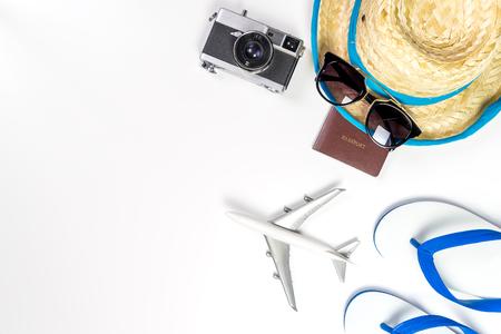 Zomervakantie reistoebehoren en mode op witte achtergrond