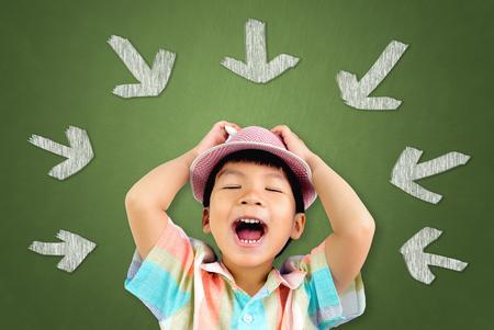帽子の小さなアジア男の子は歌を歌いながら大声です。 写真素材