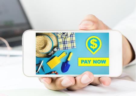El hombre de negocios que sostiene un teléfono inteligente para la tienda en línea paga ahora el pago. Foto de archivo - 80941241
