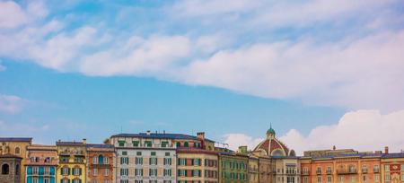 下部にヴィンテージのヨーロッパの古典的な建物のスカイライン