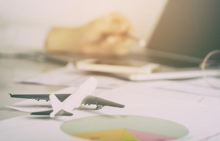 ビジネスの男性は、航空業界の事務所で働いています。