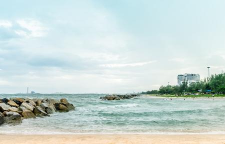 Landschapsfoto van het rotsstrand van Rayong Thailand