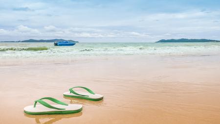 해변에있는 태국 스타일의 발포 샌들