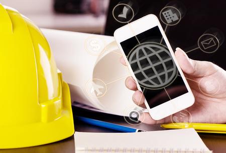 Ingenieur benutzt mobile Technologie für die Kommunikationstechnologie Standard-Bild - 83369092
