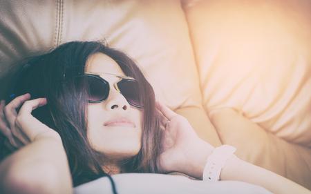 Aziatische Vrouwen Met Zonnebril Liggend Op Een Bank Luisteren Naar Muziek