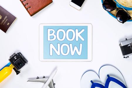 旅行オンライン旅行代理店の概念のためのタブレット上で今すぐオンライン予約