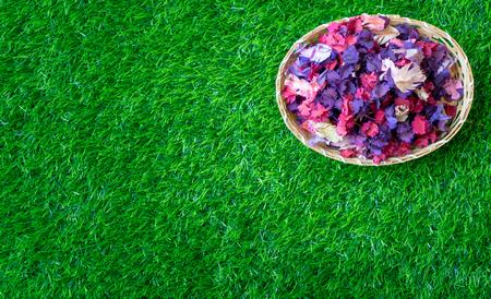 Hojas de flores de perfume en el espacio de la copia de hierba verde Foto de archivo - 85277928