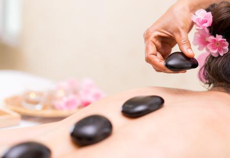 spa thérapeute est de la pierre cru sur les femmes à dos