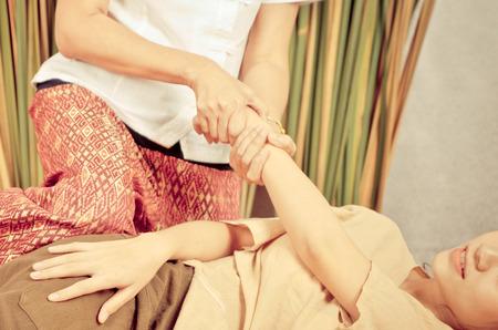 Thai Massage op de arm en de hand van een vrouw Stockfoto