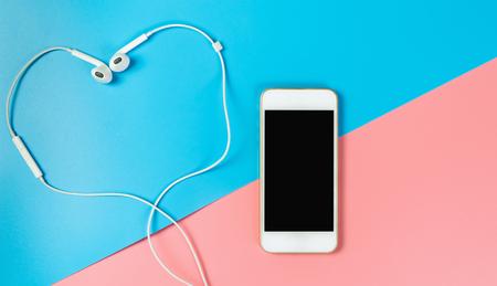Leeg telefoonscherm en hartoortelefoon voor liefdeconcept