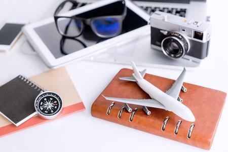 白いテーブルに空気旅行休暇オブジェクト 写真素材