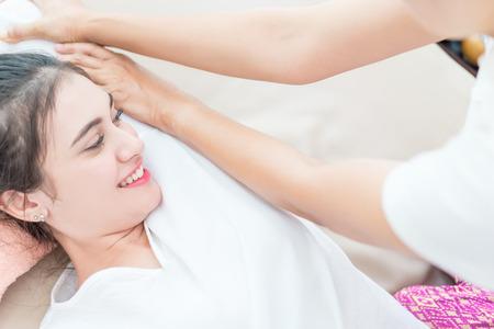Vrouwen krijgen Thaise massage in Thaise massage spa cursus