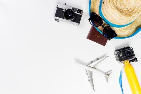 Oggetti e dispositivi di viaggio della spiaggia di estate su fondo bianco Archivio Fotografico - 86745695