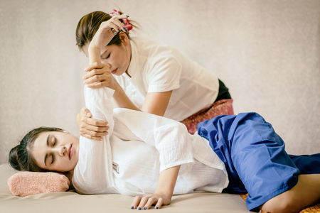 Women is getting Thai Massage Spa stretching 免版税图像