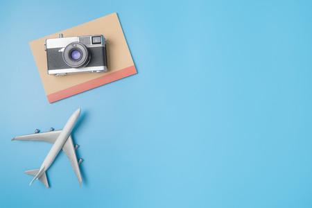 ブルーの旅行ブロガー コンセプト コピー スペースの平面とカメラ ノート 写真素材