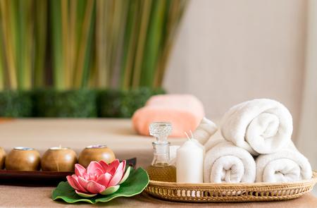 Toallas blancas y objetos de Spa en la cama de masaje Spa Foto de archivo - 88039290