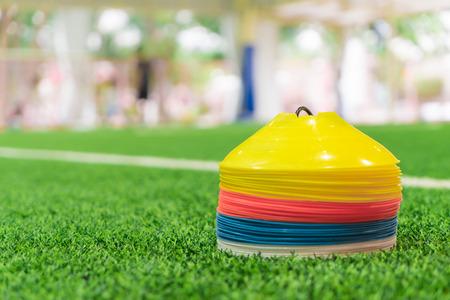 室内草フィールドのプラスチック コーン トレーニング プレート スポーツ トレーニング 写真素材