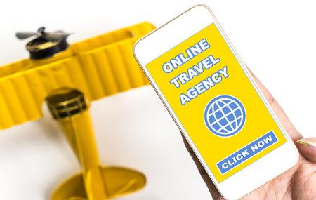 Online reisbureau op telefoon met speelgoed vliegtuig voor reizen concept