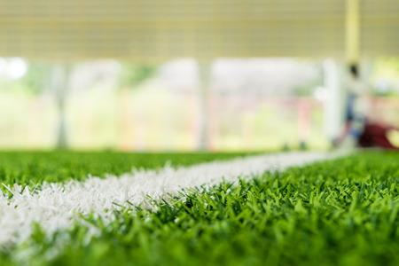 Linha branca à beira de um campo de futebol de futebol indoor Foto de archivo - 89727812