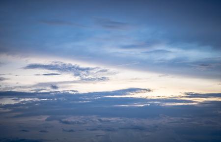 太陽と曇り空に黄金の光の設定 写真素材