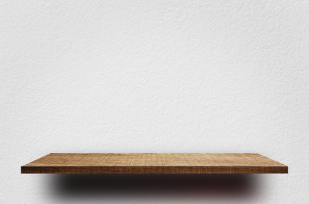 제품 전시를위한 흰색 시멘트 벽으로 빈 나무 선반 스톡 콘텐츠 - 89928334