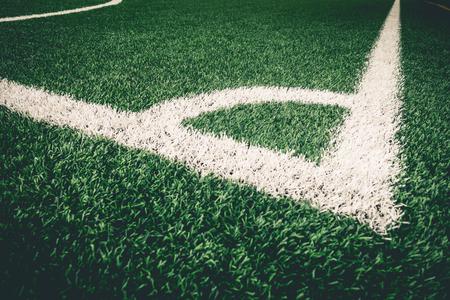 코너 축구 훈련을 위해 유물 잔디에 흰색 라인을 걷어차